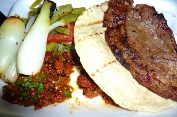 Taco con carne asada, nopales, cebollas y chile !